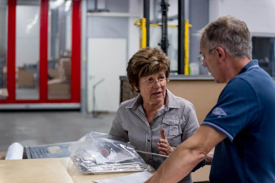 Hinterdobler Fabrikations GmbH | Qualitätskontrolle durch Mitarbeiter